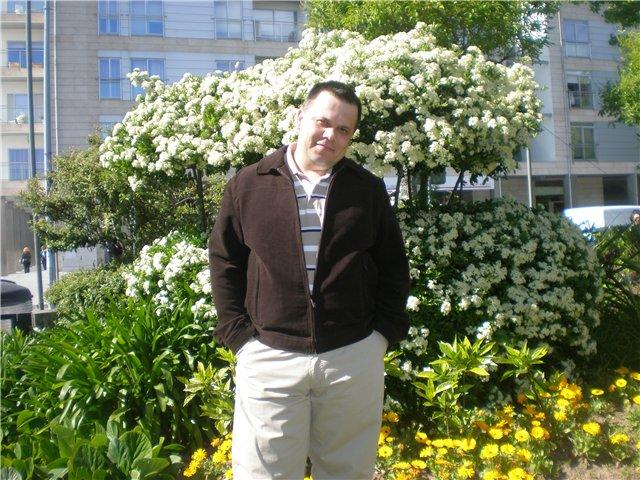Это я на фоне дома родного.